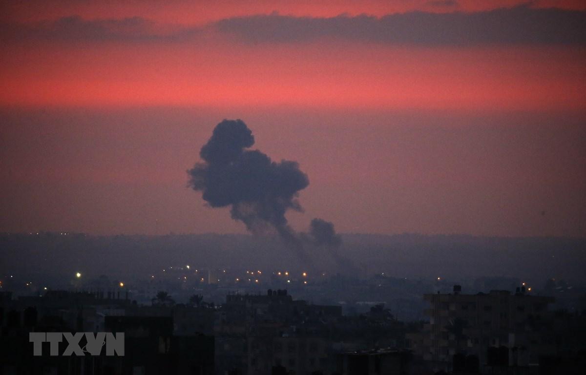 Cột khói bốc lên sau vụ tấn công của các máy bay chiến đấu Israel nhằm vào mục tiêu của Hamas tại Gaza ngày 21/8/2020. (Ảnh: AFP/TTXVN)
