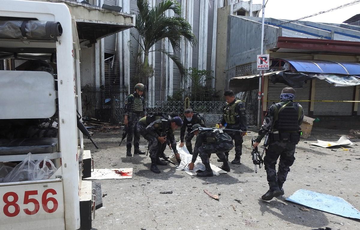 Lực lượng an ninh chuyển thi thể nạn nhân tại hiện trường một vụ nổ ở Jolo, tỉnh Sulu, Philippines. (Ảnh: AFP/TTXVN)