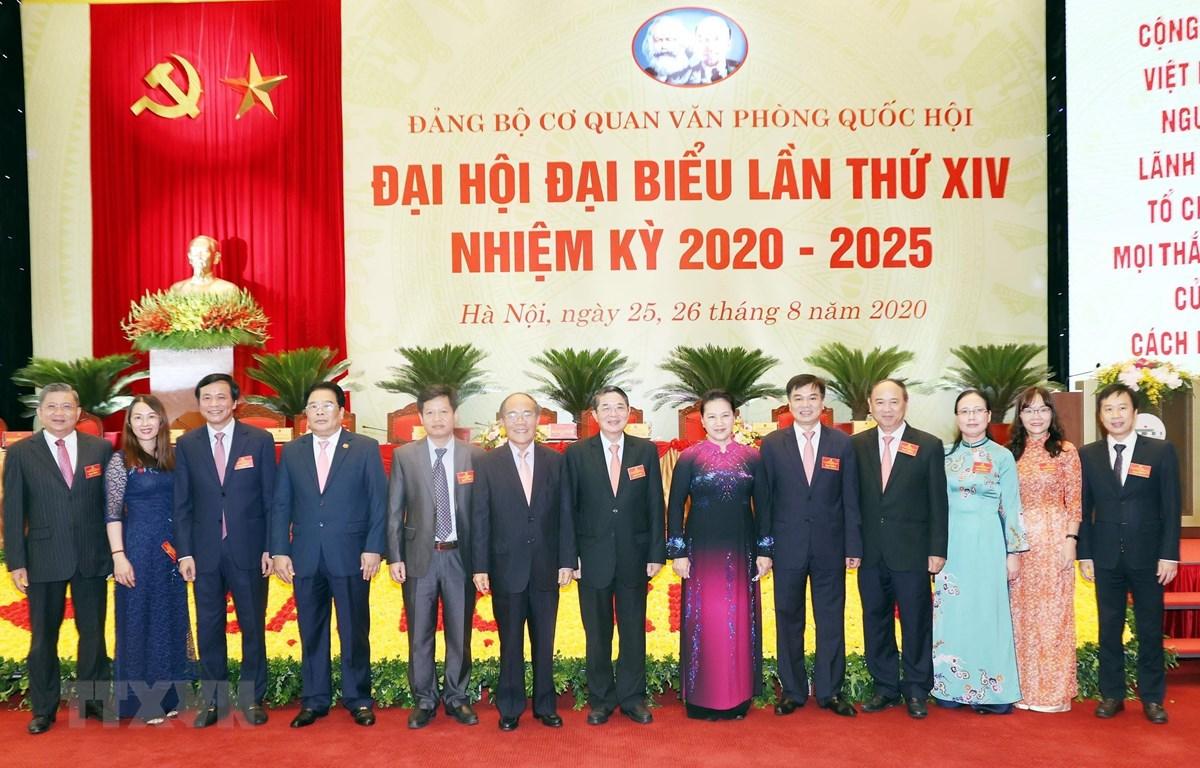 Chủ tịch Quốc hội Nguyễn Thị Kim Ngân chụp ảnh lưu niệm với các đại biểu dự Đại hội. (Ảnh: Trọng Đức/TTXVN)