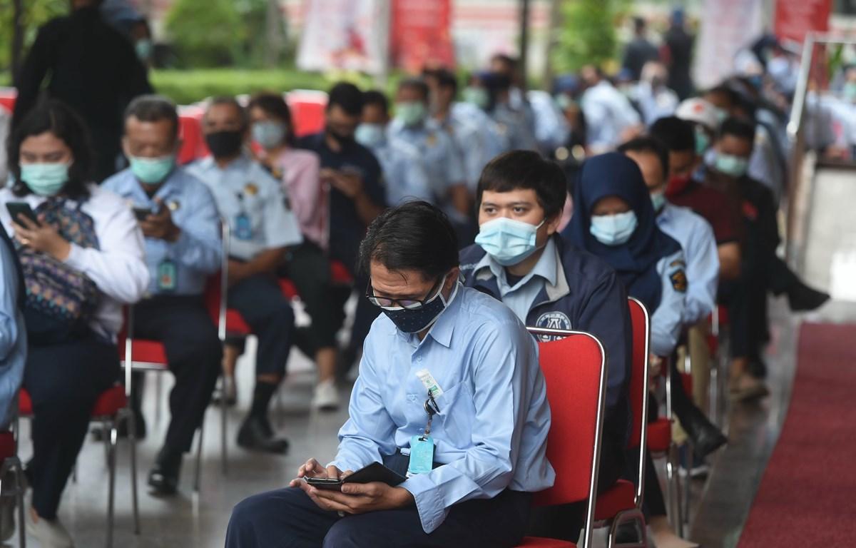 Người dân chờ lấy mẫu xét nghiệm COVID-19 tại Jakarta, Indonesia ngày 24/8. (Ảnh: THX/TTXVN)