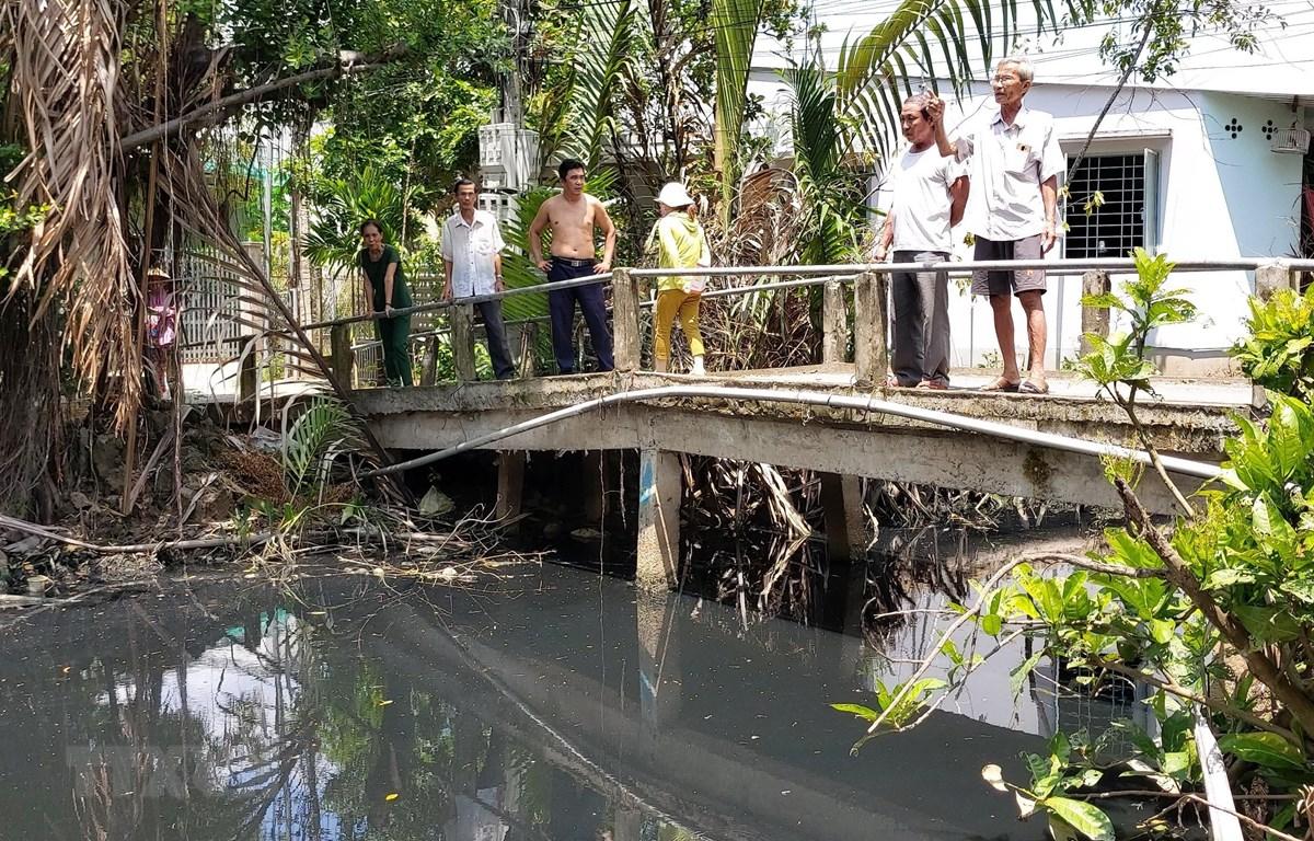 Người dân ấp 1 bức xúc vì nước kênh Xáng bị ô nhiễm đã lâu nhưng không được giải quyết. (Ảnh: Trần Thị Thu Hiền/TTXVN)