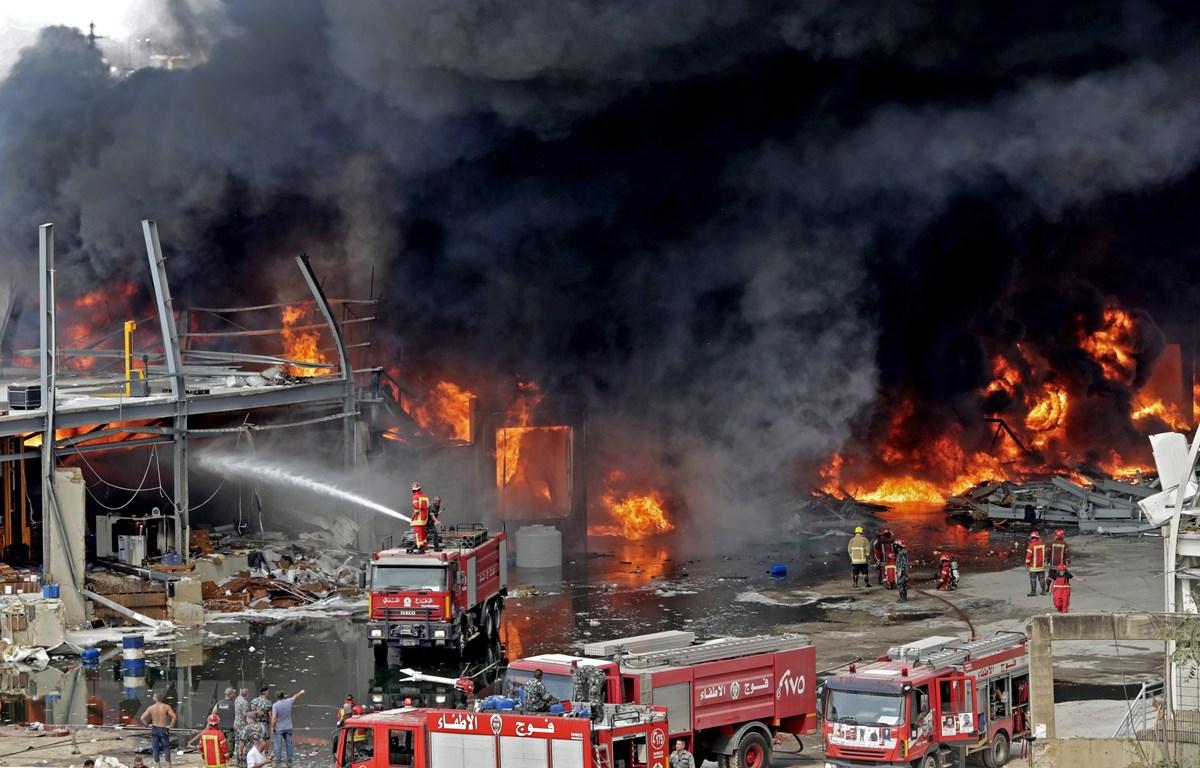 Lính cứu hỏa nỗ lực dập lửa bùng phát tại khu cảng ở Beirut, Liban ngày 10/9/2020. (Ảnh: AFP/TTXVN)