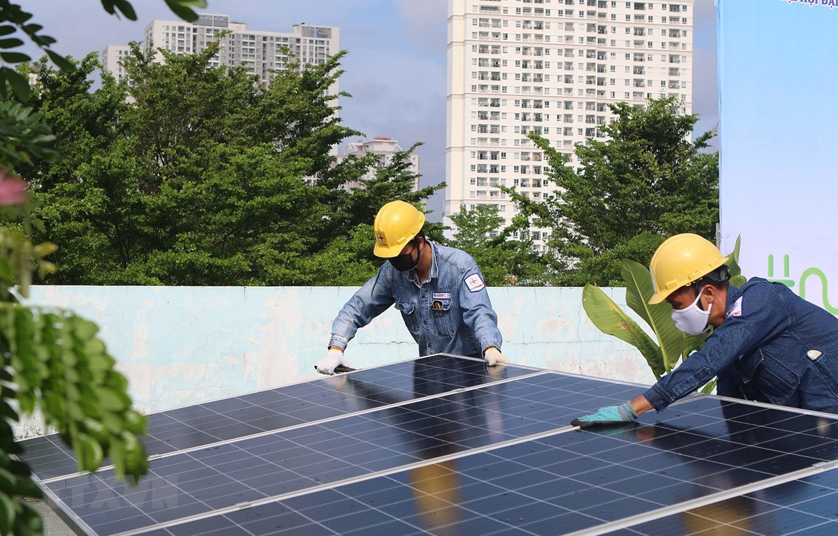 Công nhân Tổng công ty Điện lực Thành phố Hồ Chí Minh lắp đặt điện năng lượng mặt trời tại công trình Nhà thiếu nhi Quận 4. 9Ảnh: Thanh Vũ/TTXVN)