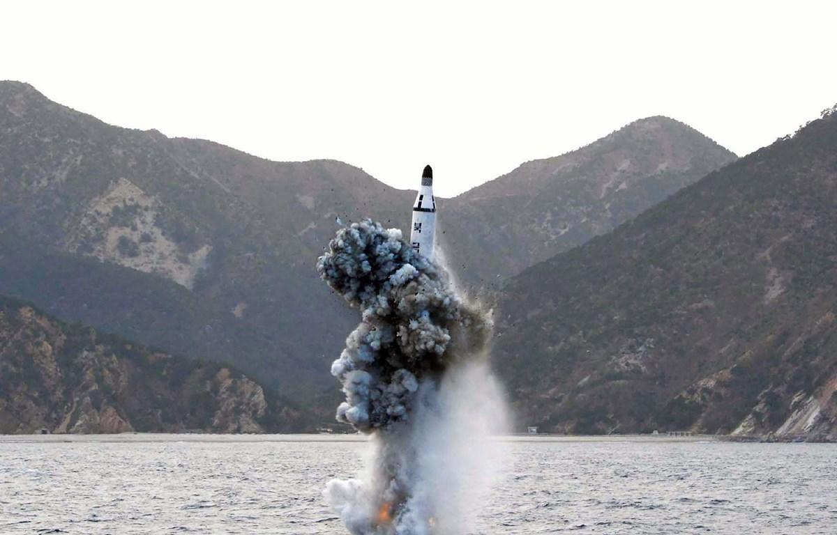 Một vụ phóng thử tên lửa đạn đạo chiến lược từ tàu ngầm ở một địa điểm bí mật của Triều Tiên ngày 23/4/2016. (Ảnh: AFP/TTXVN)