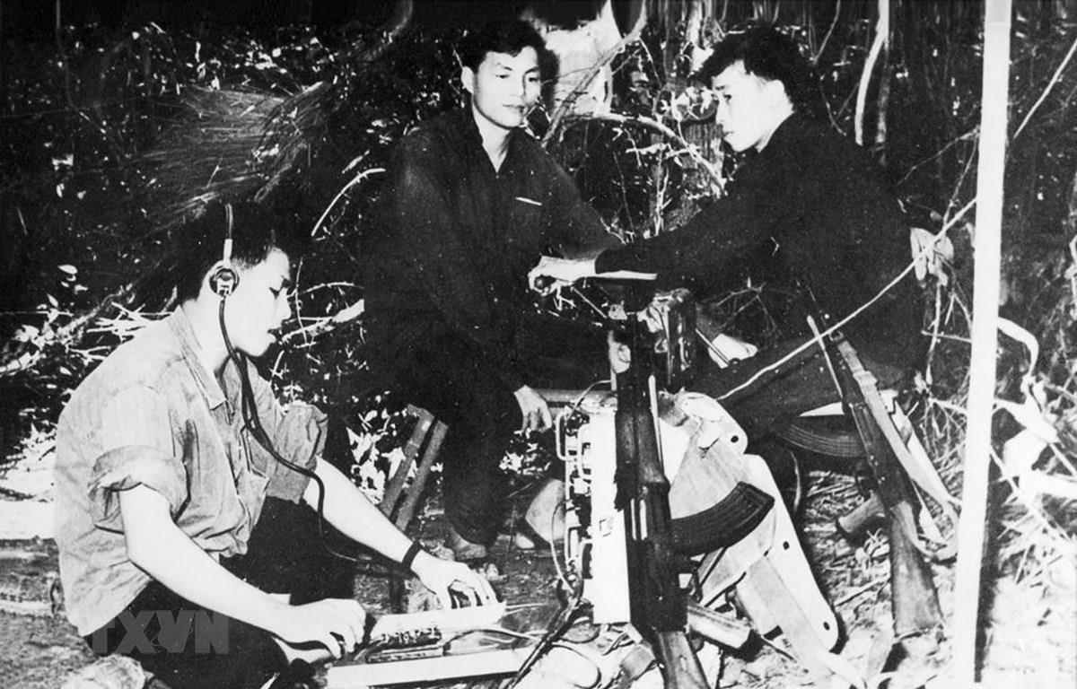 Tổ điện báo Thông tấn xã Giải phóng (nay là Thông tấn xã Việt Nam) điện tin từ mặt trận về căn cứ trong kháng chiến chống Mỹ, cứu nước. (Ảnh: Tư liệu TTXVN)