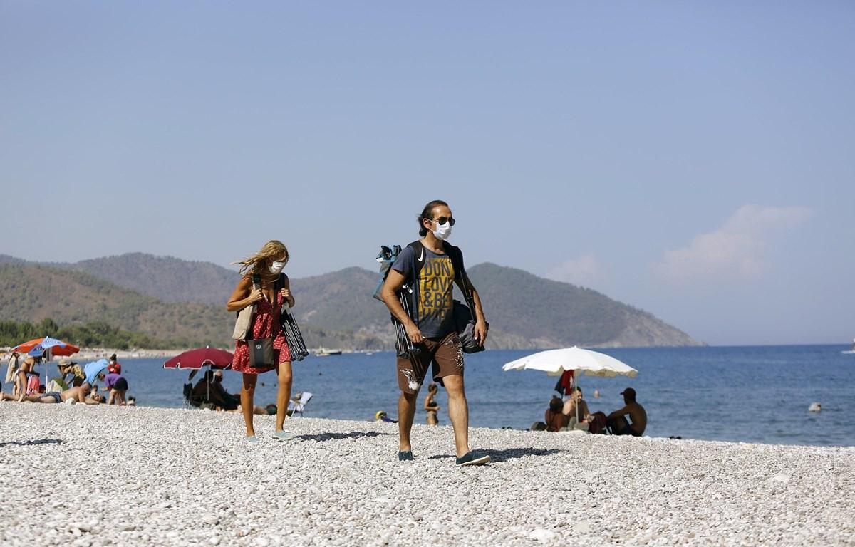 Người dân đeo khẩu trang phòng lây nhiễm COVID-19 tại Antalya, Thổ Nhĩ Kỳ, ngày 14/9/2020. (Ảnh: THX/TTXVN)