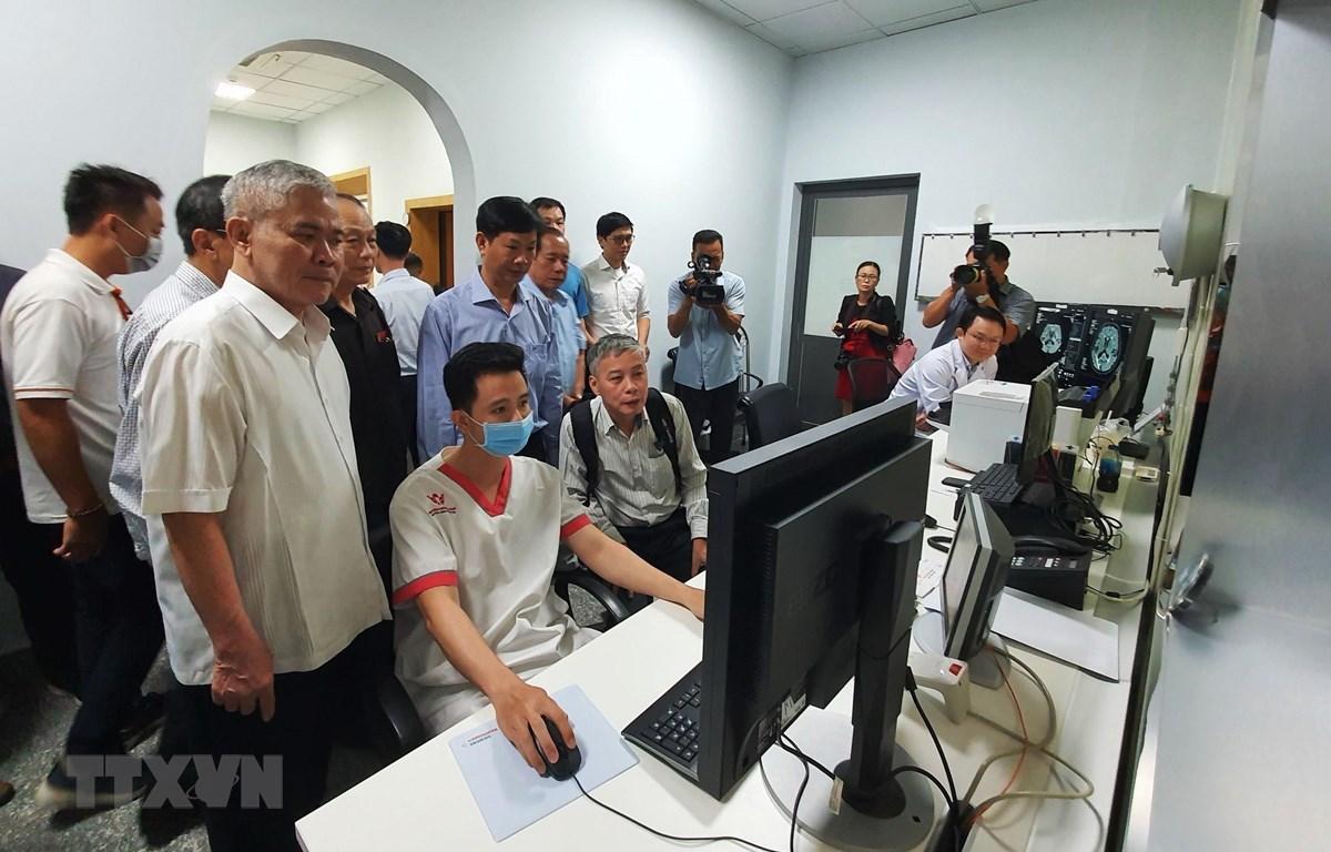 Các bác sỹ thao tác trên hệ thống máy cộng hưởng từ MAGNETOM Lumina, máy chụp mạch máu xóa nền DSA Artis ICONO thế hệ mới. (Ảnh: Ánh Tuyết/TTXVN)