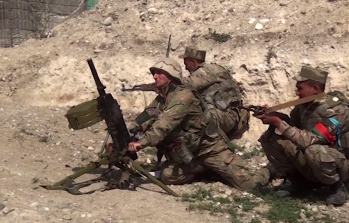 (Ảnh đăng trên website của Bộ Quốc phòng Azerbaijan ngày 28/9/2020): Quân đội Azerbaijan giao tranh với các lực lượng Armenia tại khu vực tranh chấp Nagorno-Karabakh. (Ảnh: AFP/TTXVN)