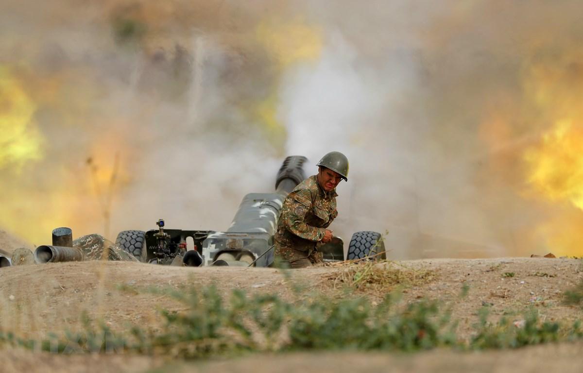 Lực lượng Armenia nã pháo về phía quân đội Azerbaijan trong cuộc giao tranh ở khu vực tranh chấp Nagorny-Karabakh ngày 28/9/2020. (Ảnh: AFP/TTXVN)