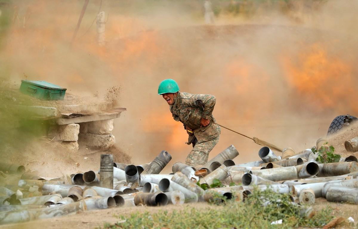 Lực lượng Armenia bắn đạn pháo nhằm vào các vị trí của quân đội Azerbaijan tại khu vực tranh chấp Nagorny-Karabakh. (Ảnh: AFP/TTXVN)