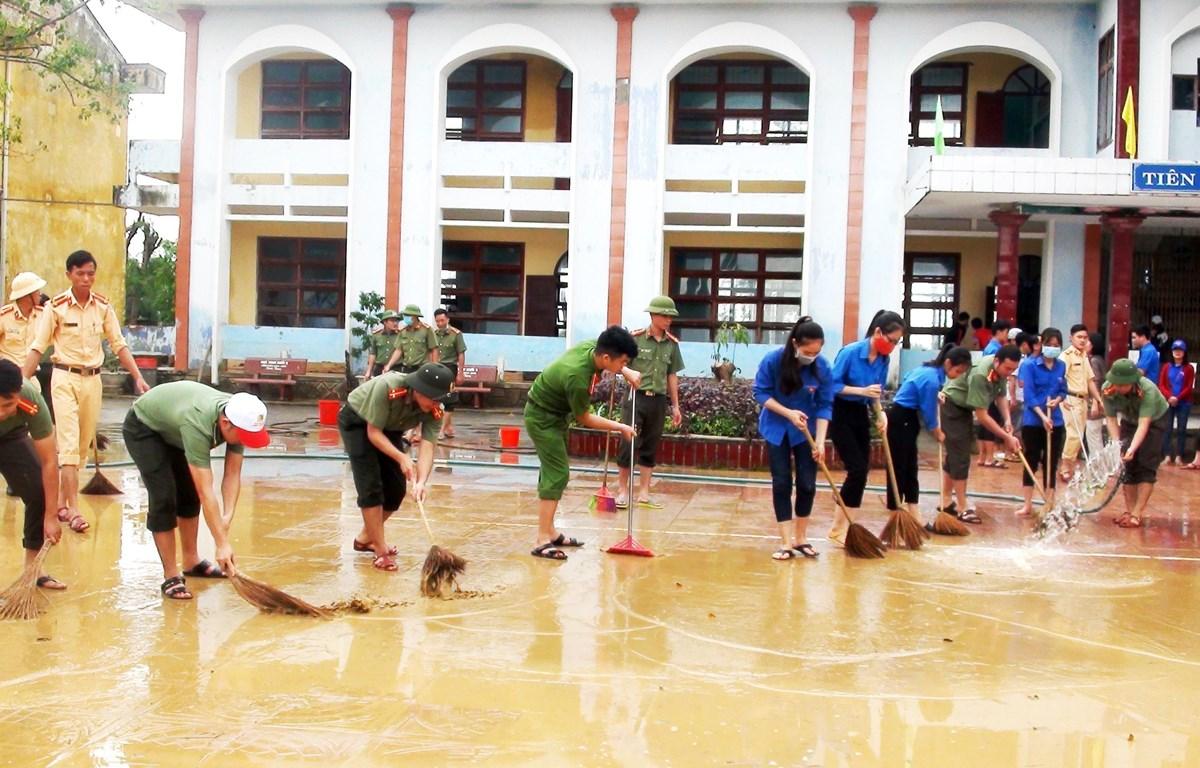 Các đội hình xung kích, tình nguyện của Tuổi trẻ Quảng Bình hăng hái giúp các trường học dọn vệ sinh, khắc phục hậu quả mưa lũ. (Ảnh: Võ Dung/TTXVN)