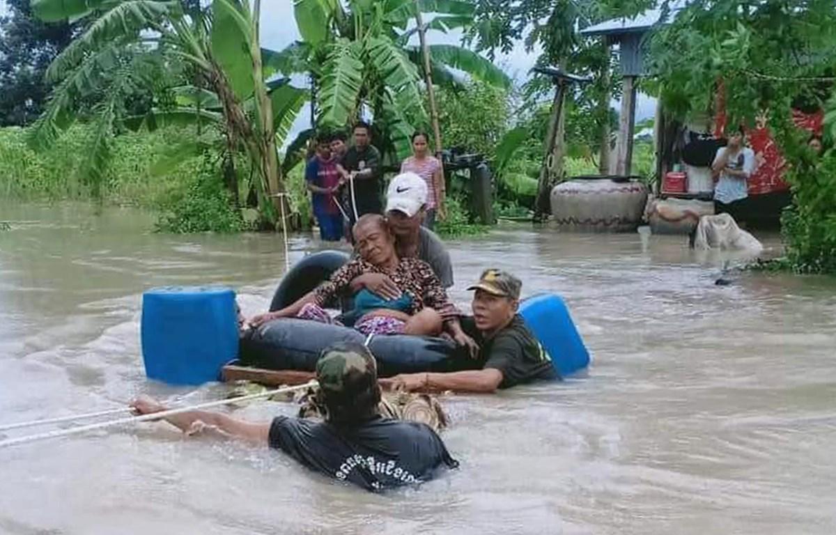 Các binh sỹ hỗ trợ người dân sơ tán khỏi vùng lũ tại tỉnh Battambang, Campuchia. (Ảnh: AFP/TTXVN)
