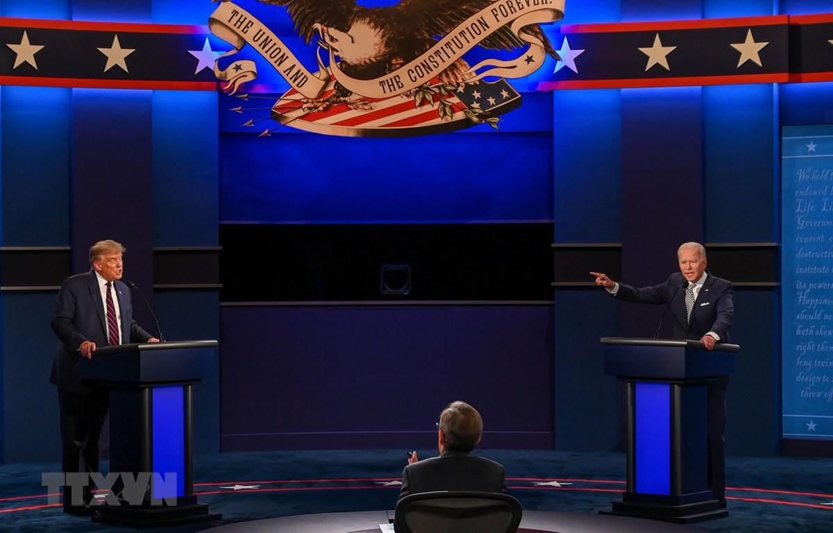 Tổng thống Mỹ Donald Trump (trái) và ứng viên Tổng thống của đảng Dân chủ Joe Biden (phải) tại cuộc tranh luận trực tiếp lần thứ nhất ở thành phố Cleveland, bang Ohio ngày 29/9/2020. (Ảnh: AFP/TTXVN)