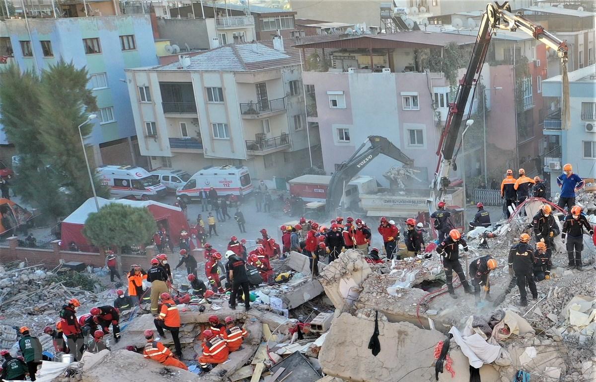 Lực lượng cứu hộ tìm kiếm nạn nhân dưới đống đổ nát sau trận động đất tại tỉnh Izmir, miền Tây Thổ Nhĩ Kỳ ngày 31/10/2020. (Ảnh: THX/TTXVN)