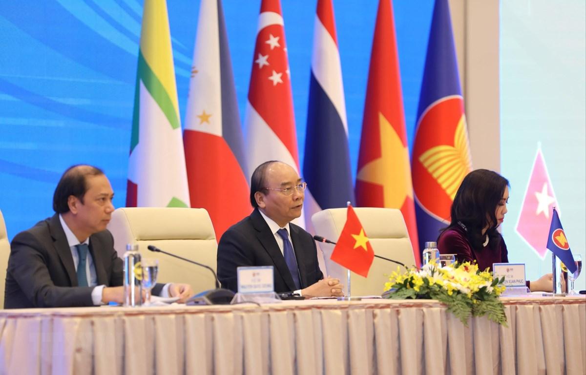 Thủ tướng Nguyễn Xuân Phúc, Chủ tịch ASEAN 2020 chủ trì buổi họp báo thông tin kết quả Hội nghị Cấp cao ASEAN 37 và các Hội nghị Cấp cao liên quan. (Ảnh: Văn Điệp/TTXVN)