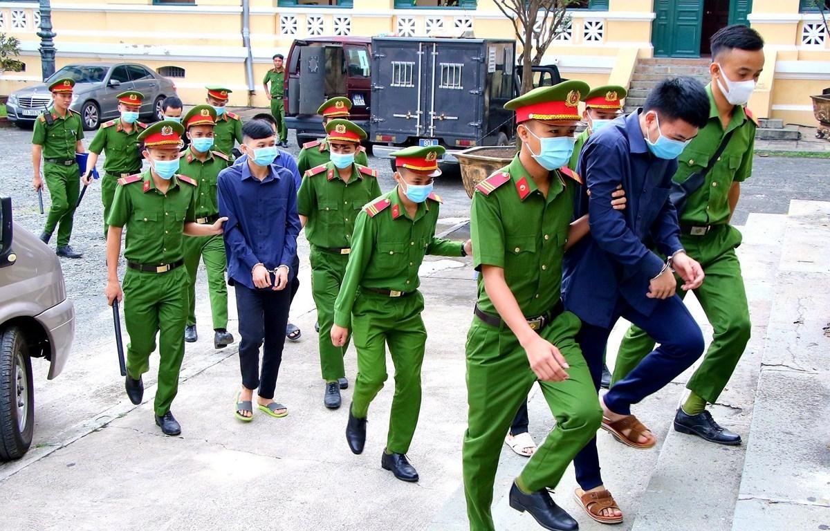 Các bị cáo được dẫn giải tới phiên tòa ngày 19/11/2020. (Ảnh: Thành Chung/TTXVN)