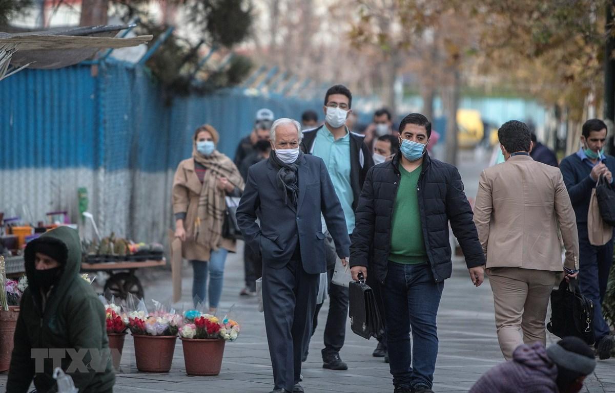 Người dân đeo khẩu trang phòng lây nhiễm COVID-19 tại Tehran, Iran. (Ảnh: THX/TTXVN)