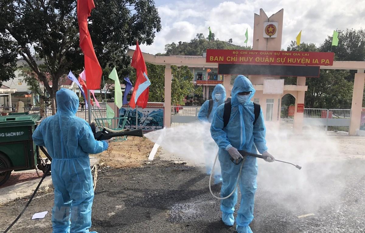 Lực lượng quân đội thuộc Tiểu đoàn Hoá học số 21, Quân đoàn 3 tiến hành phun dung dịch khử khuẩn tại thị xã Ayun Pa và Ia Pa. (Ảnh: Quang Thái/TTXVN)