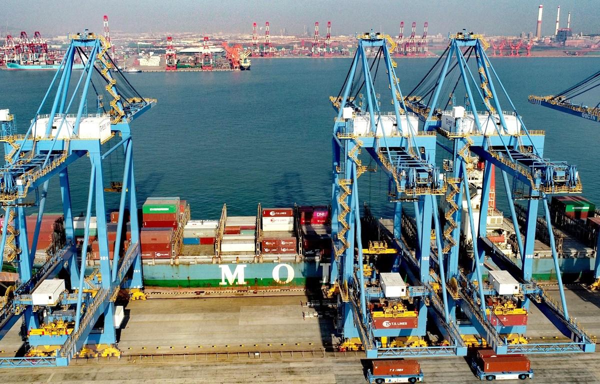 Bốc dỡ hàng hóa tại cảng Thanh Đảo, tỉnh Sơn Đông, Trung Quốc. (Ảnh: THX/TTXVN)