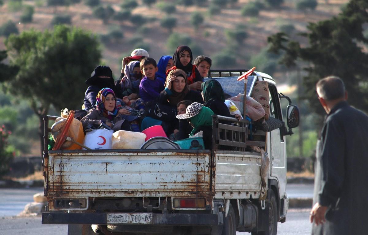 Người dân đi sơ tán để tránh xung đột bạo lực tại tỉnh Idlib, Syria. (Ảnh: AFP/TTXVN)