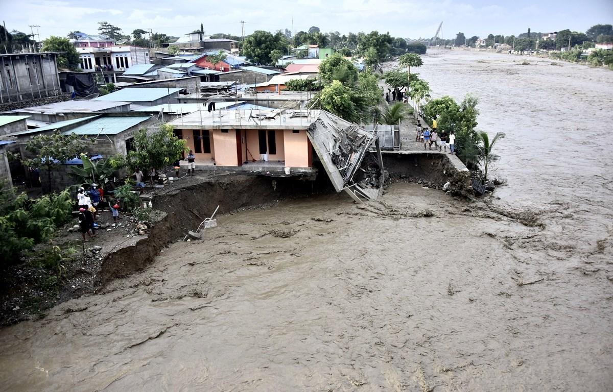 Nhà cửa bị tàn phá do lũ quét tại thủ đô Dili, Timor Leste ngày 4/4/2021. (Ảnh: AFP/TTXVN)