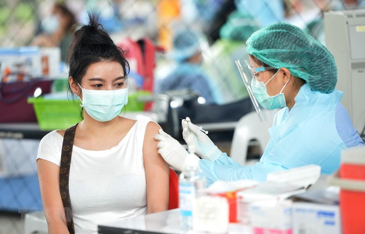 Nhân viên y tế tiêm vaccine phòng COVID-19 cho người dân tại Bangkok, Thái Lan, ngày 7/4/2021. (Ảnh: THX/TTXVN)