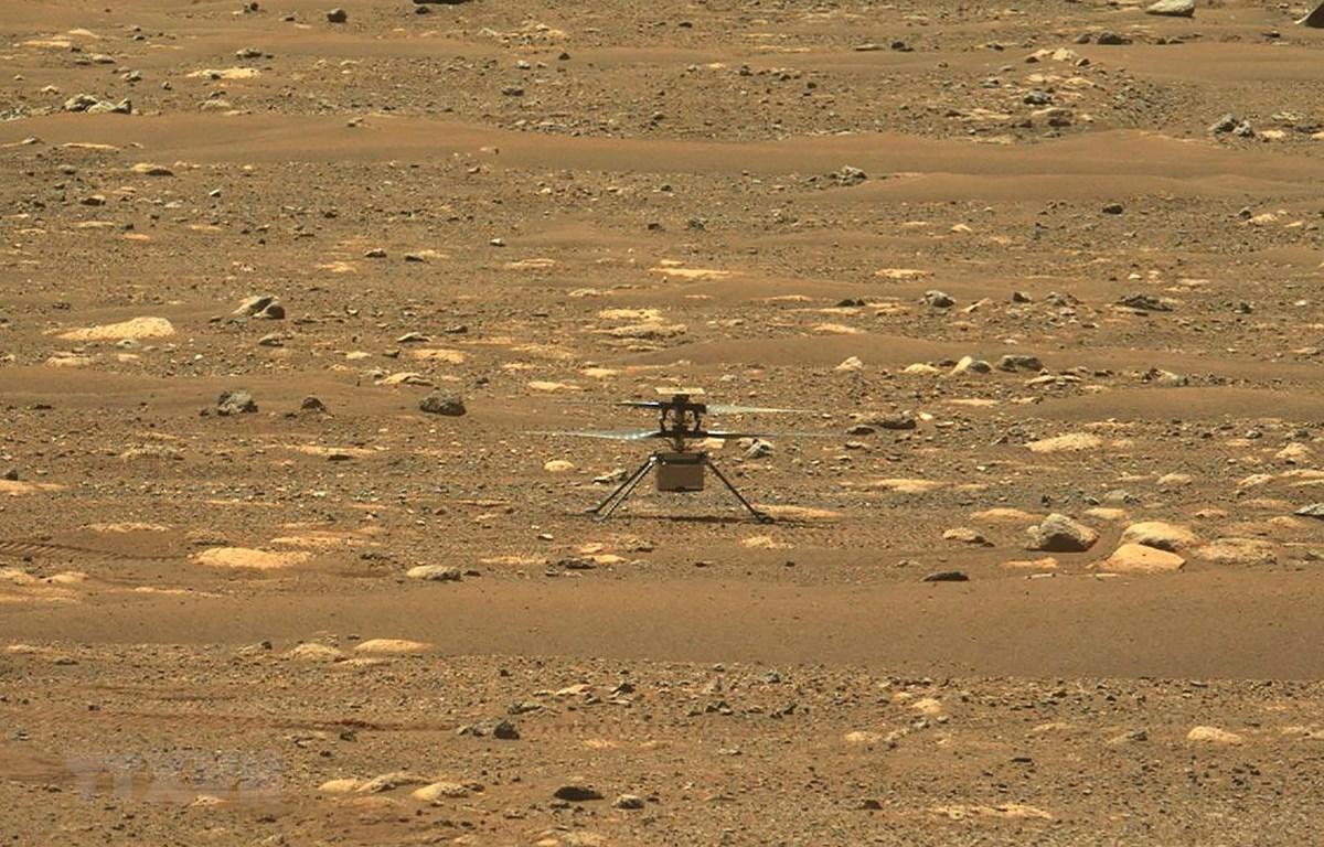 Ảnh do NASA cung cấp: Thiết bị bay Ingenuity thực hiện chuyến bay đầu tiên trên Sao Hỏa, ngày 19-4-2021. Ảnh: AFP/TTXVN