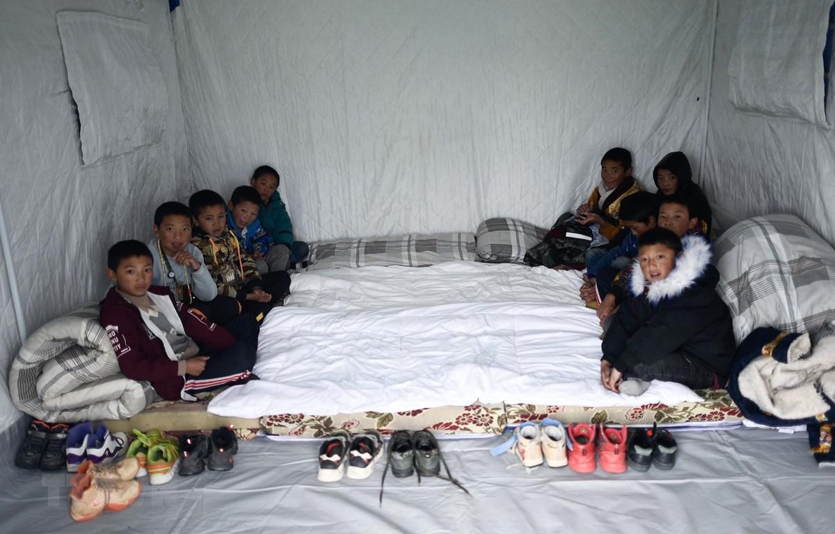 Trẻ em được sơ tán tới các khu lều tạm sau trận động đất ở Thanh Hải, Trung Quốc, ngày 22/5/2021. (Ảnh: THX/TTXVN)