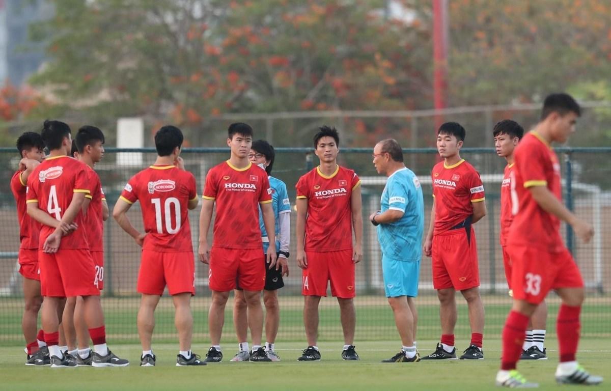 Huấn luyện viên Park Hang Seo và cầu thủ trong một buổi tập. (Ảnh: Hoàng Linh/TTXVN)