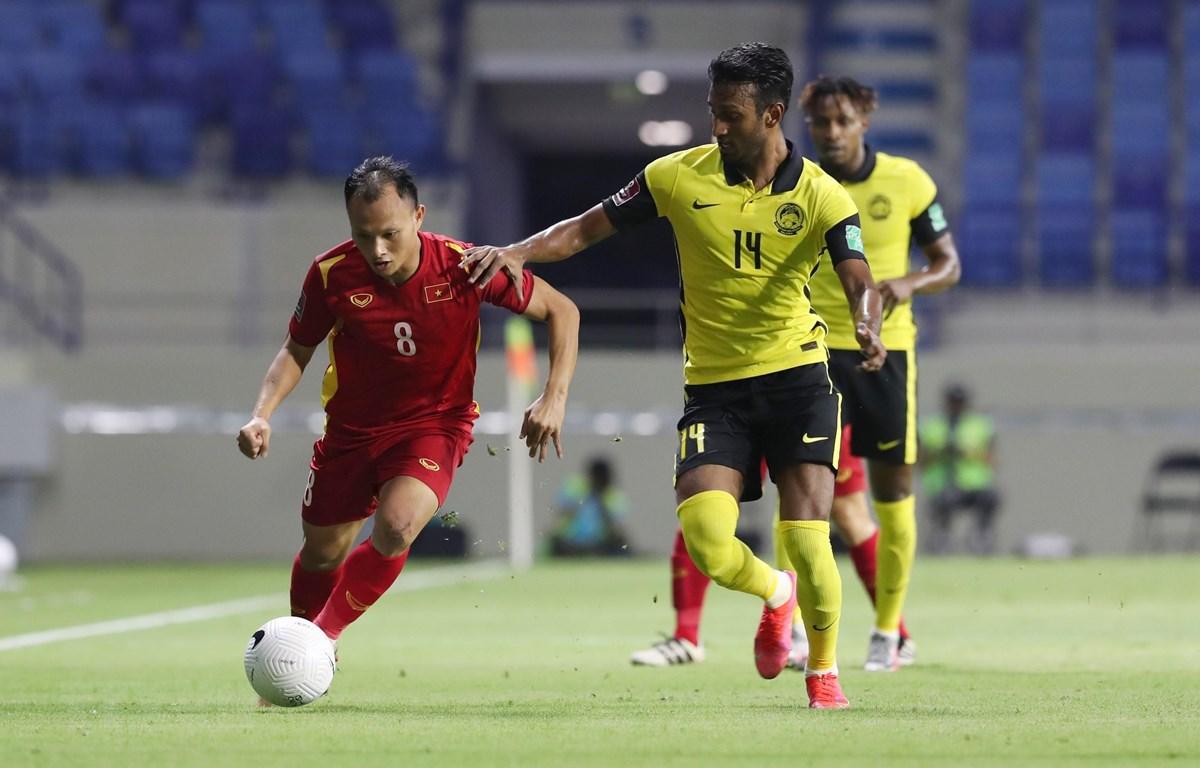 Các cầu thủ Malaysia đeo bám Trọng Hoàng. (Ảnh: Hoàng Linh/TTXVN)