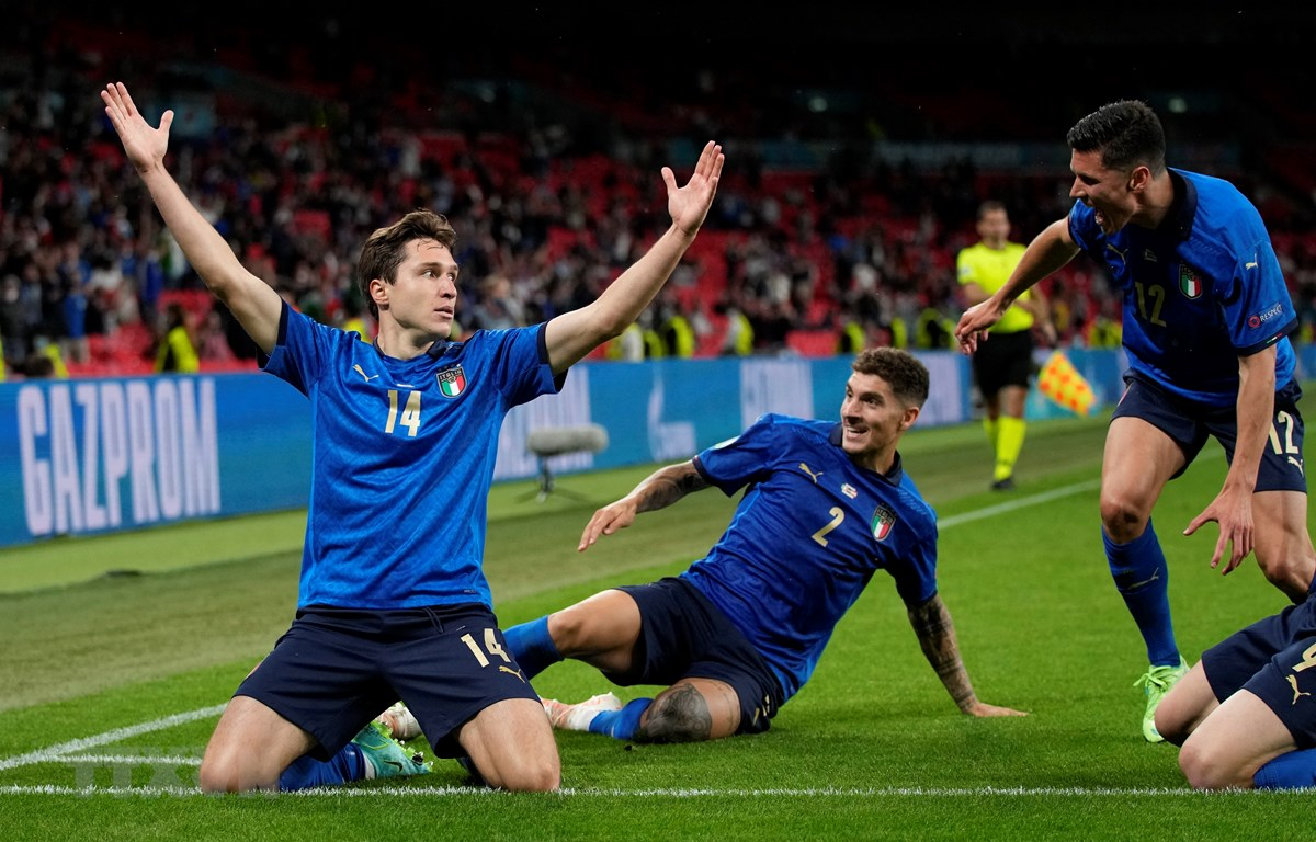 Tiền vệ Federico Chiesa (trái) lập công cho tuyển Italy khi ghi bàn thắng mở tỷ số trước tuyển Áo ở hiệp phụ thứ nhất trận đấu vòng 16 đội, vòng chung kết EURO 2020 trên sân Wembley (Anh) ngày 26/6. (Ảnh: AFP/TTXVN)