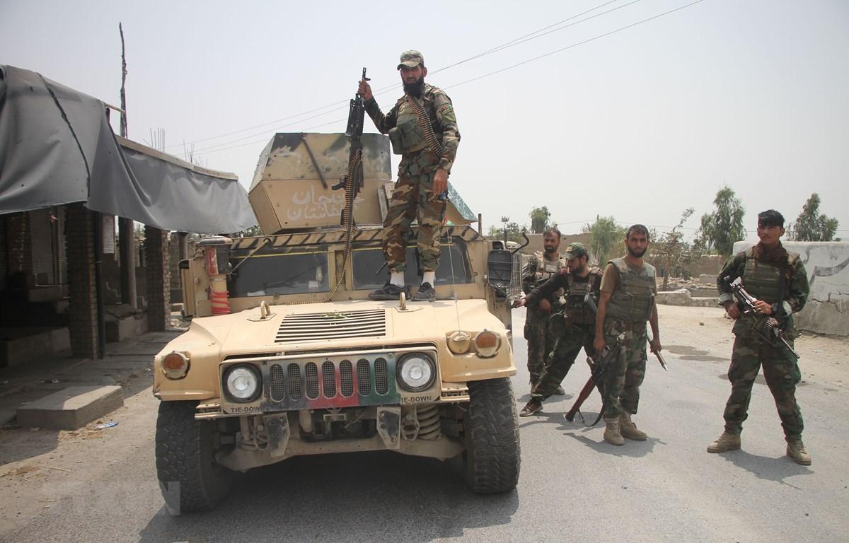 Lực lượng an ninh Afghanistan tham gia chiến dịch truy quét các tay súng Taliban tại huyện Alishing, tỉnh Laghman. (Ảnh: THX/TTXVN)