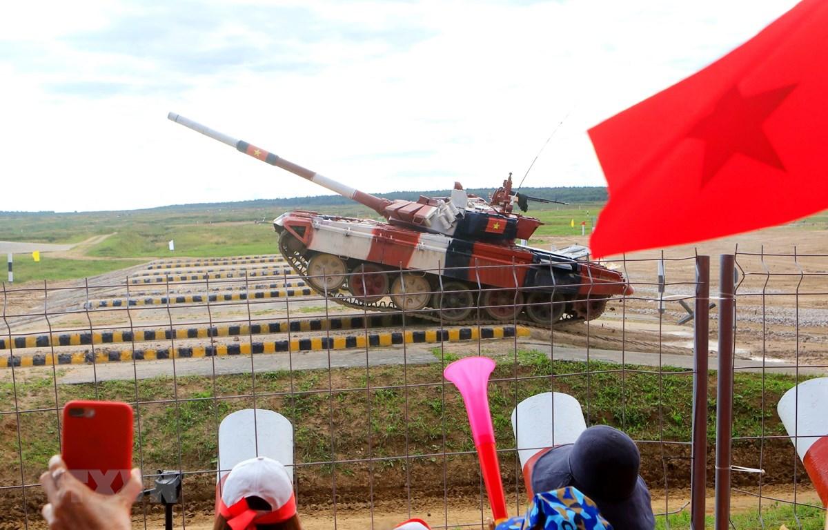 Kíp xe tăng Việt Nam luôn nhận được sự cổ vũ nhiệt tình của khán giả. (Ảnh: Trần Hiếu/TTXVN)