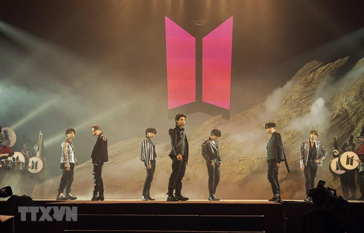 """Nhóm nhạc BTS biểu diễn trong buổi hòa nhạc trực tuyến """"BTS MAP OF THE SOUL ON:E"""" tại Seoul, Hàn Quốc. (Ảnh: Yonhap/TTXVN)"""