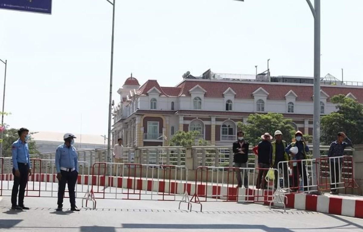 Cảnh sát tiến hành phong tỏa khu vực có ca nhiễm (Ảnh: Nguyễn Hùng/Vietnam+)