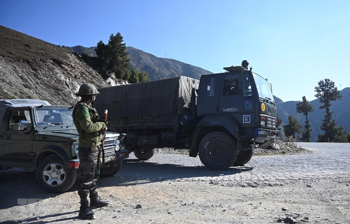 Binh sỹ Ấn Độ được triển khai gần Ranh giới kiểm soát ở huyện Kupwara thuộc Jammu-Kashmir, ngày 14/10/2020. (Ảnh: AFP/TTXVN)