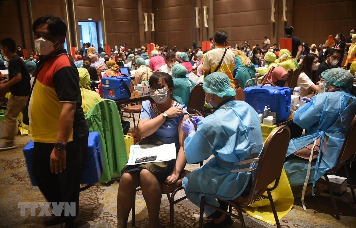 Nhân viên y tế tiêm vắcxin phòng COVID-19 cho người dân tại Tangerang, tỉnh Banten, Indonesia, ngày 1/3/2021. (Ảnh: THX/ TTXVN)