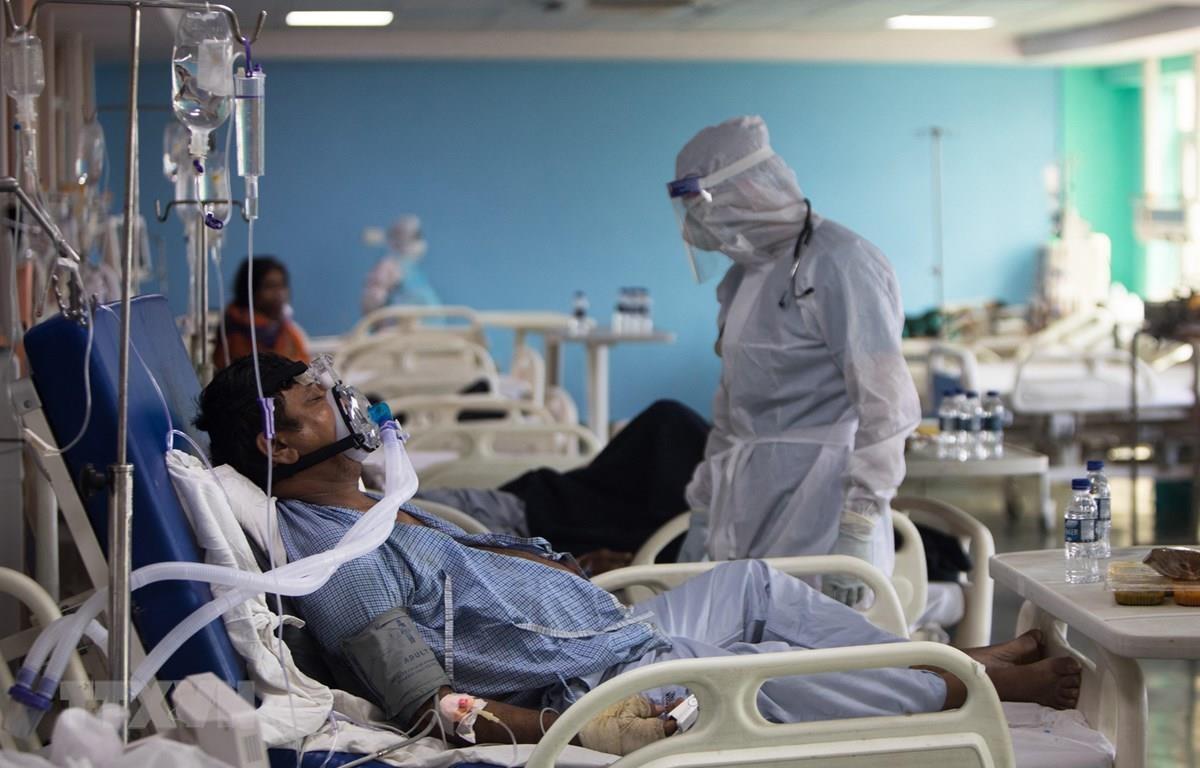 Điều trị cho bệnh nhân COVID-19 tại khoa chăm sóc tích cực của bệnh viện Sharda ở Greater Noida, Ấn Độ. (Ảnh: AFP/TTXVN)