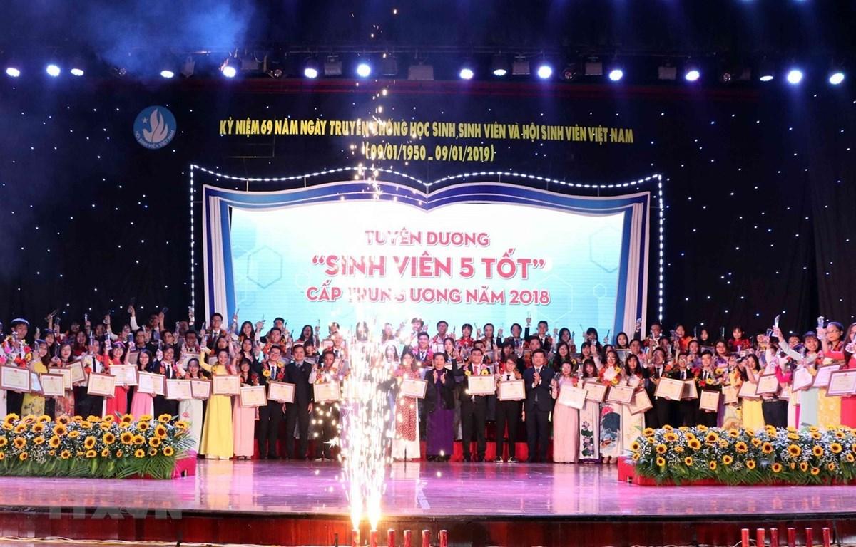 """Lễ tuyên dương """"Sinh viên 5 tốt"""" cấp Trung ương năm 2018. (Ảnh: Văn Điệp/TTXVN)"""