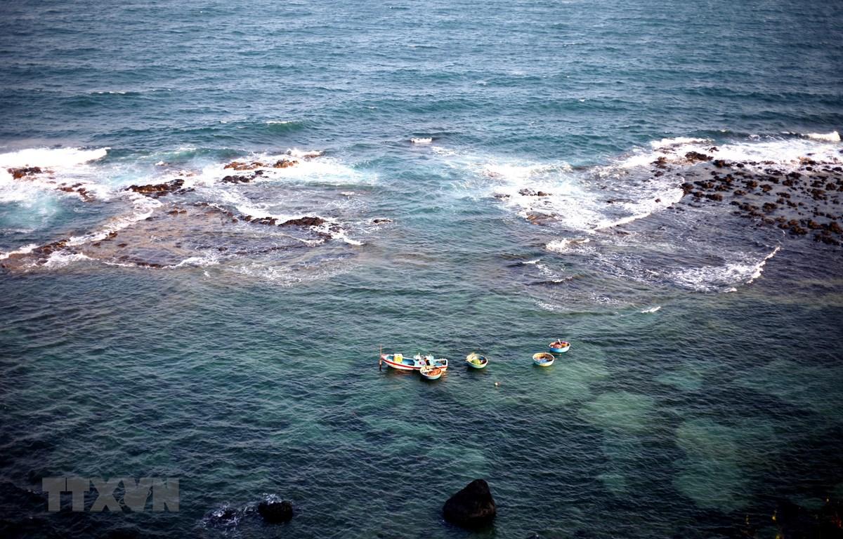 Khung cảnh hùng vĩ, hoang sơ của thắng cảnh Ba Làng An nhìn từ đỉnh Trạm đèn biển Ba Làng An. (Ảnh: Phước Ngọc/TTXVN)