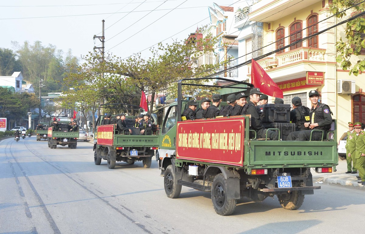 Lực lượng công an tỉnh Điện Biên được đưa xuống cơ sở bảo đảm an ninh trật tự ở địa bàn trọng điểm. (Ảnh: Văn Dũng/TTXVN)