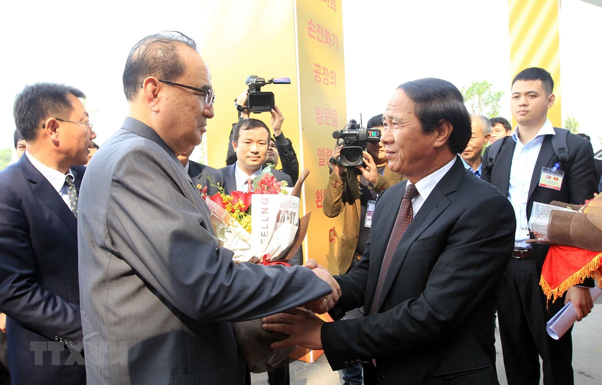 Ông Lê Văn Thành, Bí thư Thành ủy Hải Phòng đón ông Ri Su Yong, Ủy viên Bộ Chính trị, Phó Chủ tịch Ban Chấp hành Đảng Lao động Triều Tiên. (Ảnh: An Đăng/TTXVN)