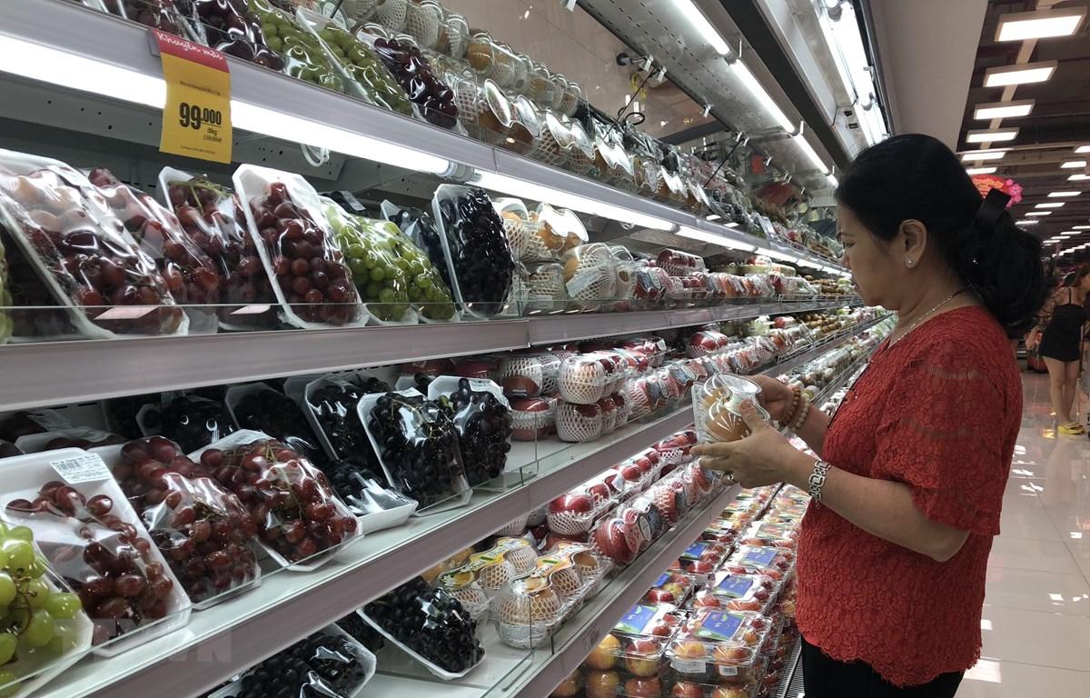 Người dân mua hàng nhu yếu phẩm tại các siêu thị. (Ảnh: Anh Tuấn/TTXVN)