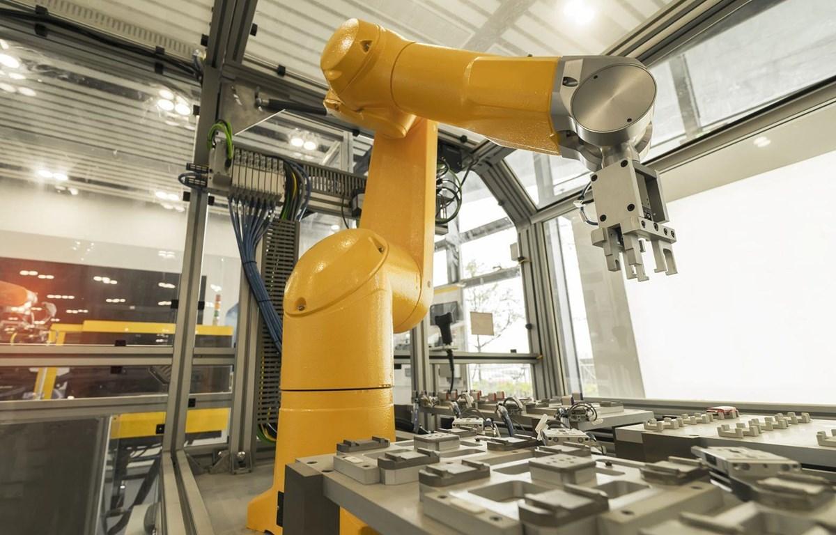 Cánh tay robot làm việc trong một nhà máy. (Nguồn: Getty Images)