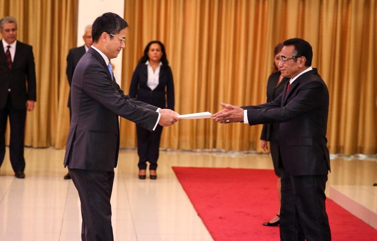 Đại sứ Phạm Vinh Quang trình Quốc thư lên Tổng thống Timor Leste, Francisco Guterres Lú Olo. (Nguồn: Đại sứ quán Việt Nam tại Indonesia)