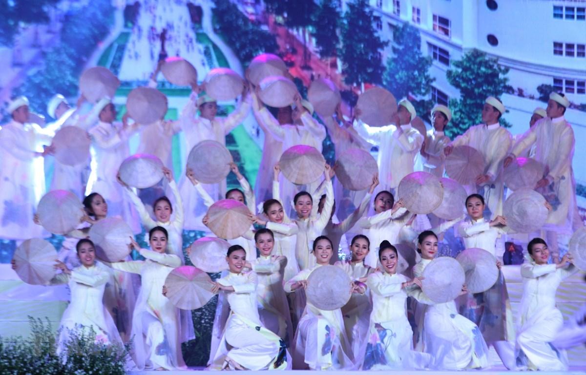 Tiết mục biểu diễn chào mừng Lễ hội Áo dài Thành phố Hồ Chí Minh lần 6 - 2019. (Ảnh: Gia Thuận/TTXVN)
