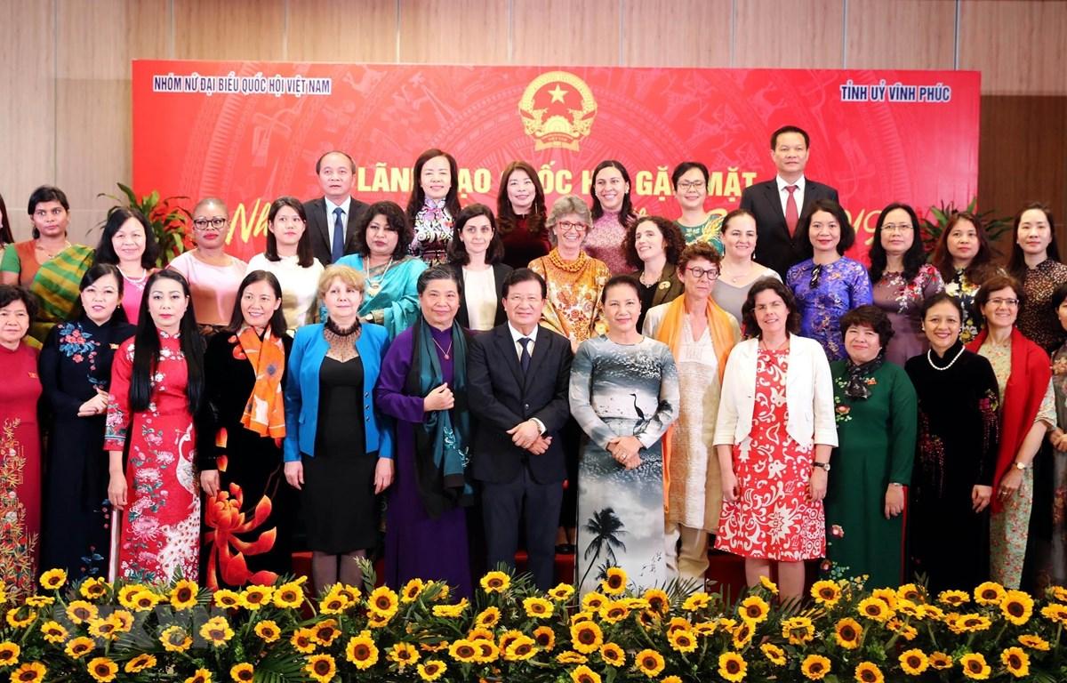 Chủ tịch Quốc hội Nguyễn Thị Kim Ngân và các đại biểu chụp ảnh lưu niệm tại buổi gặp mặt. (Ảnh: Trọng Đức/TTXVN)