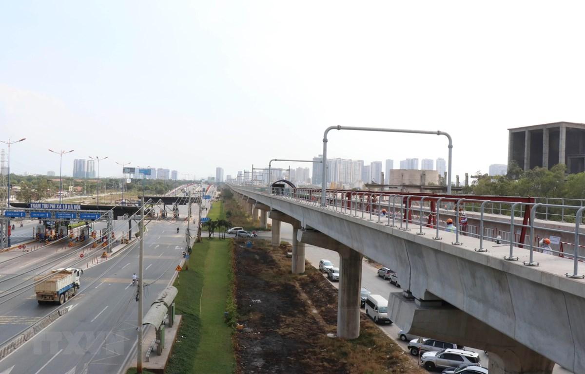 """Công trình tuyến metro số 1 đang được Thành phố Hồ Chí Minh thúc đẩy để """"về đích"""" cuối năm 2020. (Ảnh: Tiến Lực/TTXVN)"""