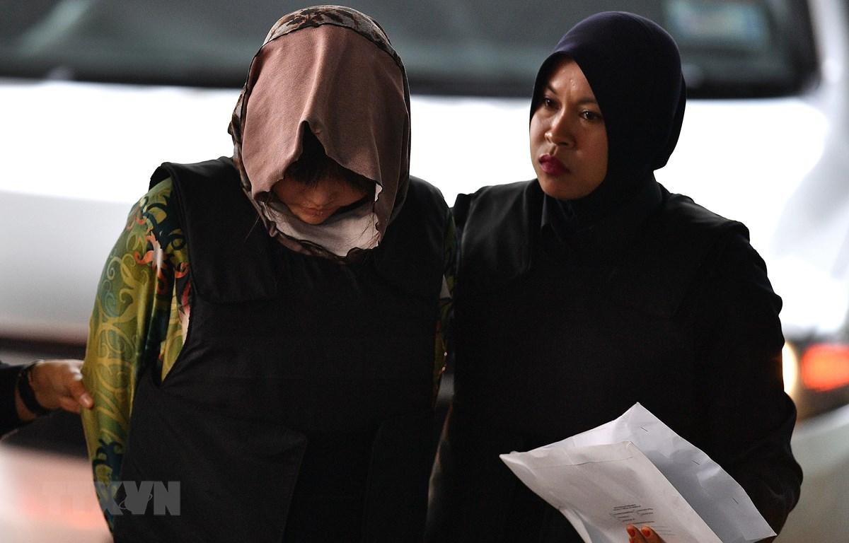 Cảnh sát áp giải Đoàn Thị Hương (trái) tại Tòa thượng thẩm Shah Alam, ngoại ô Kuala Lumpur, Malaysia ngày 16/8. (Nguồn: AFP/ TTXVN)