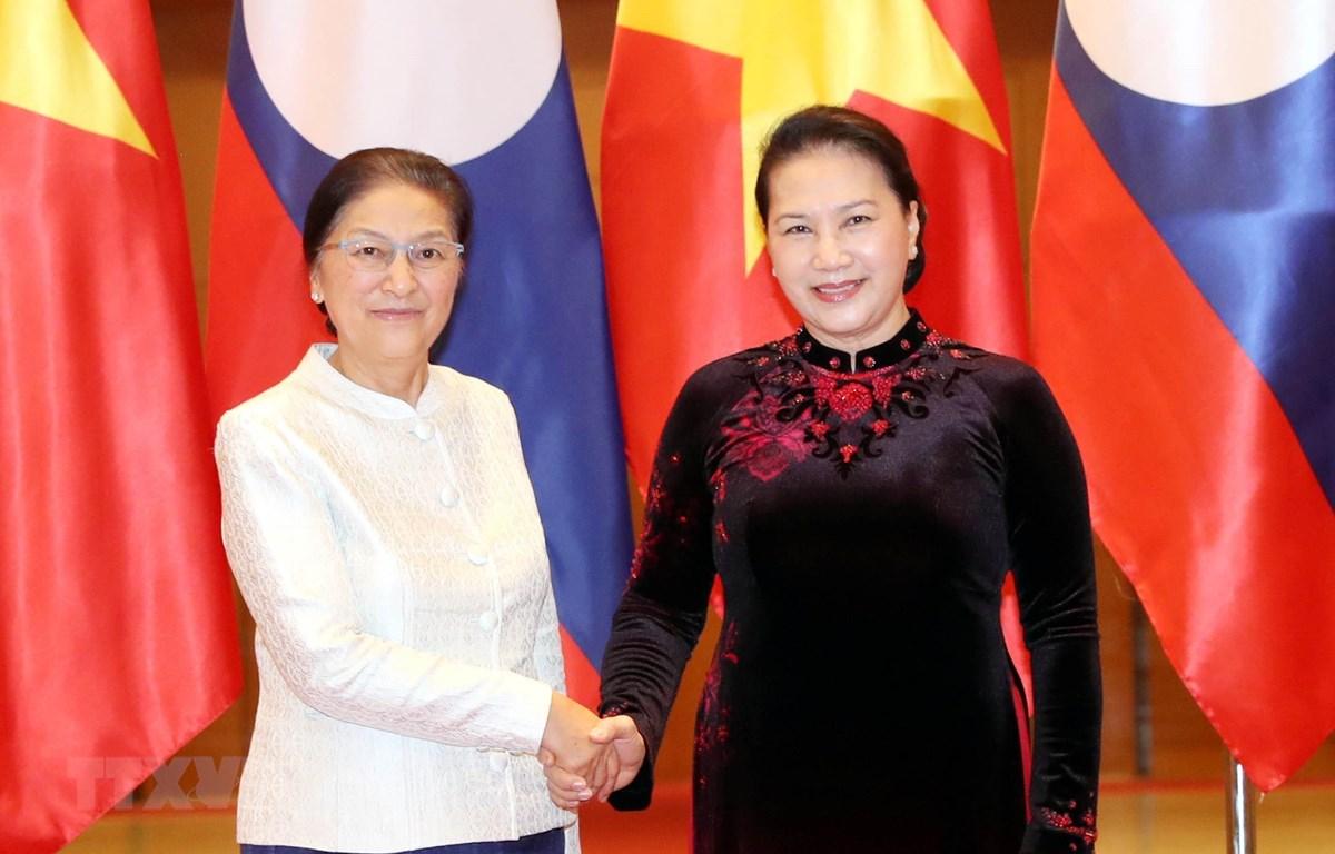 Chủ tịch Quốc hội Nguyễn Thị Kim Ngân đón Chủ tịch Quốc hội Lào Pany Yathotou. (Ảnh: Trọng Đức/TTXVN)